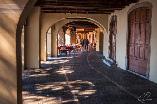 Gallerie mit Torbögen, Geschäften und Restaurants am Ufer des Lago die Lugano in Morcote