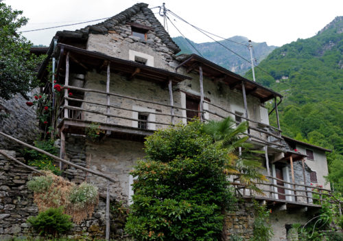 Urtümliches Rustico am Dorfeingang von Corippo im Valle Verzasca