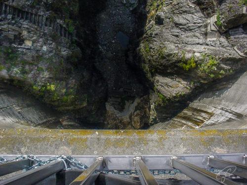 Bick von der Krone der Staumauer im Verzascatal senkrecht nach unten
