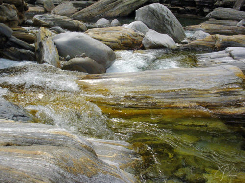 Vom Wasser abgeschliffenen Felsen im Verzasca Tal