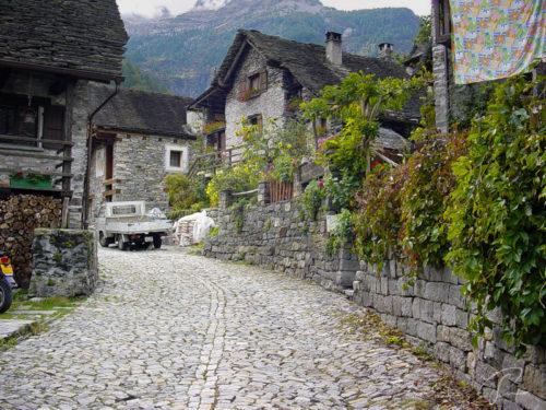 Strasse mit Kopfsteinpflaster in Sonogno Valle di Verzasca