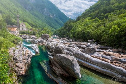 Blick über die Felsen in der Verzasca auf den Ort Lavertezzo im Valle Verzasca