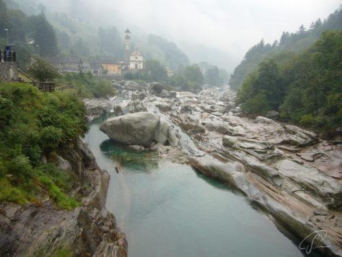 Blick von der Ponte dei Salti auf Lavertezzo im Nebel