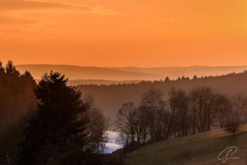 Blick auf einen roten Sonnenuntergang iin Waldems im Taunus