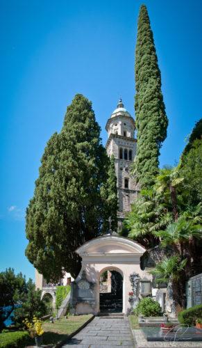Vertikales Panorama des Kirchturms Santa Maria del Sasso in Morcote am Lago di Lugano
