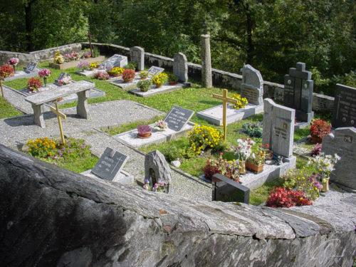 Gräber mit Grabsteinen und Kreuzen im Valle die Verzasca