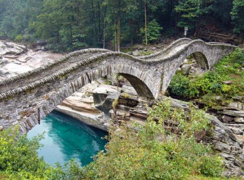 Blick auf die menschenleere Ponte de Salti oder Brücke von Lavertezzo